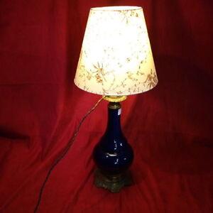Lampe-a-poser-bleue-electrifiee-abat-jour-XX-siecle