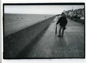 PHOTO-noir-amp-blanc-PORTRAIT-une-femme-prend-la-pose-bord-de-mer-scene-de-genre