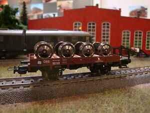 Niederbordwagen-der-OBB-beladen-mit-Radsaetzen-auf-Holzgestell-DC-Achsen