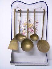 Antikes Jugendstil Löffelblech Emaile mit Blumendekor + 5 Schöpfkellen Messing