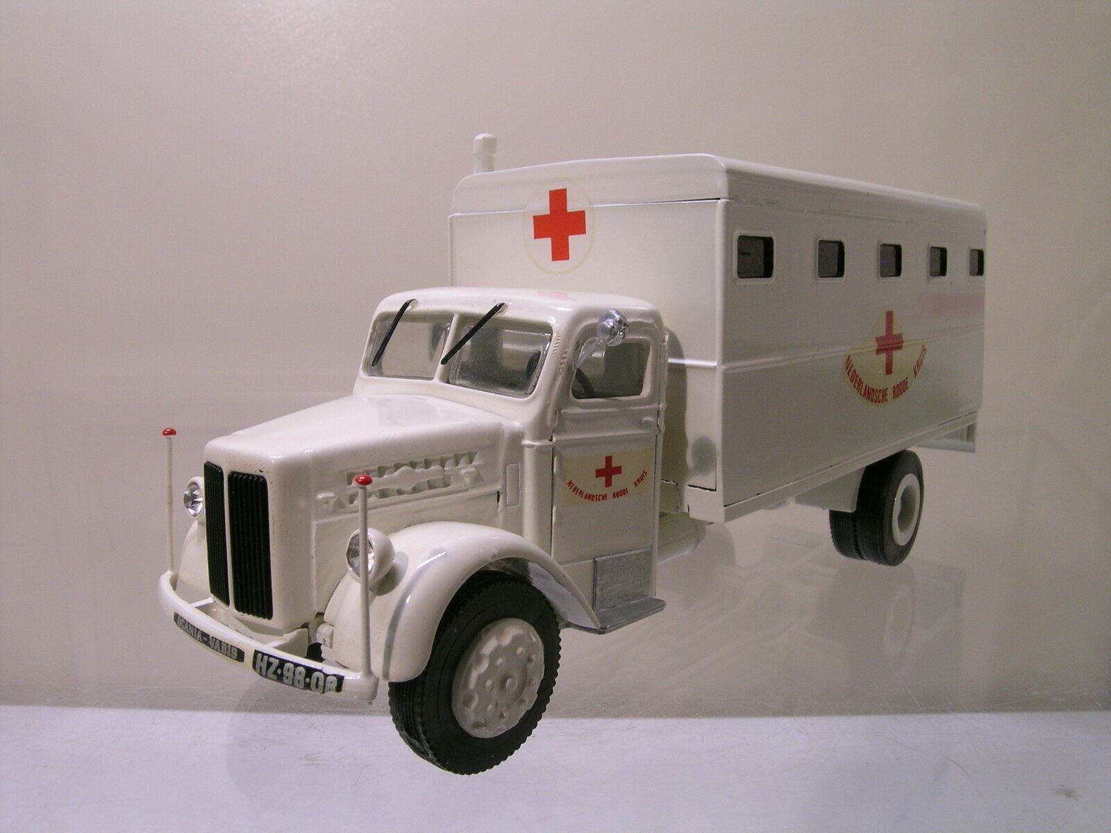 SMITH MODELS UK SCANIA-VABIS L23 DUTCH AMBULANCE1948 blanc SCALE 1 48