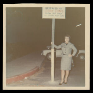 """""""RESERVED PARKING JERRY LEWIS SHOW"""" SIGN & HOLLYWOOD TOURIST 1960s VINTAGE PHOTO"""