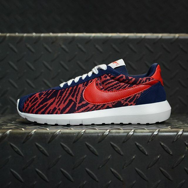 WOMEN'S NIKE SNEAKERS SIZE 8.5 ROSHE LD 1000 KJCRD PRINTED BLUE / RED 819845