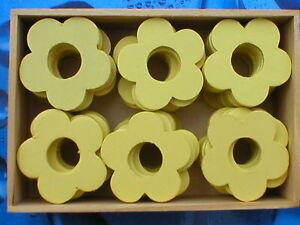 240-Stueck-Holzblumen-Holzblueten-Lochblumen-hellgelb-4cm-in-5-Holzboxen