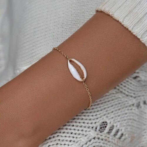 Bracelet fine chaîne dorée avec coquillage cauri blanc et or collection été 2020