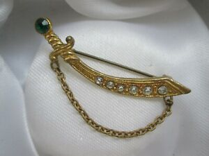 Vintage-Emerald-amp-Clear-Rhinestone-Gold-Tone-Sabre-Sword-Link-Chain-Brooch-Pin