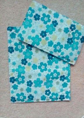 """Accurato Bambole Carrozzina Lettino Quilt Set Bianco Con Blue & Lime Verde Fiori 10"""" X 12"""" Nuovo-mostra Il Titolo Originale Caldo E Antivento"""