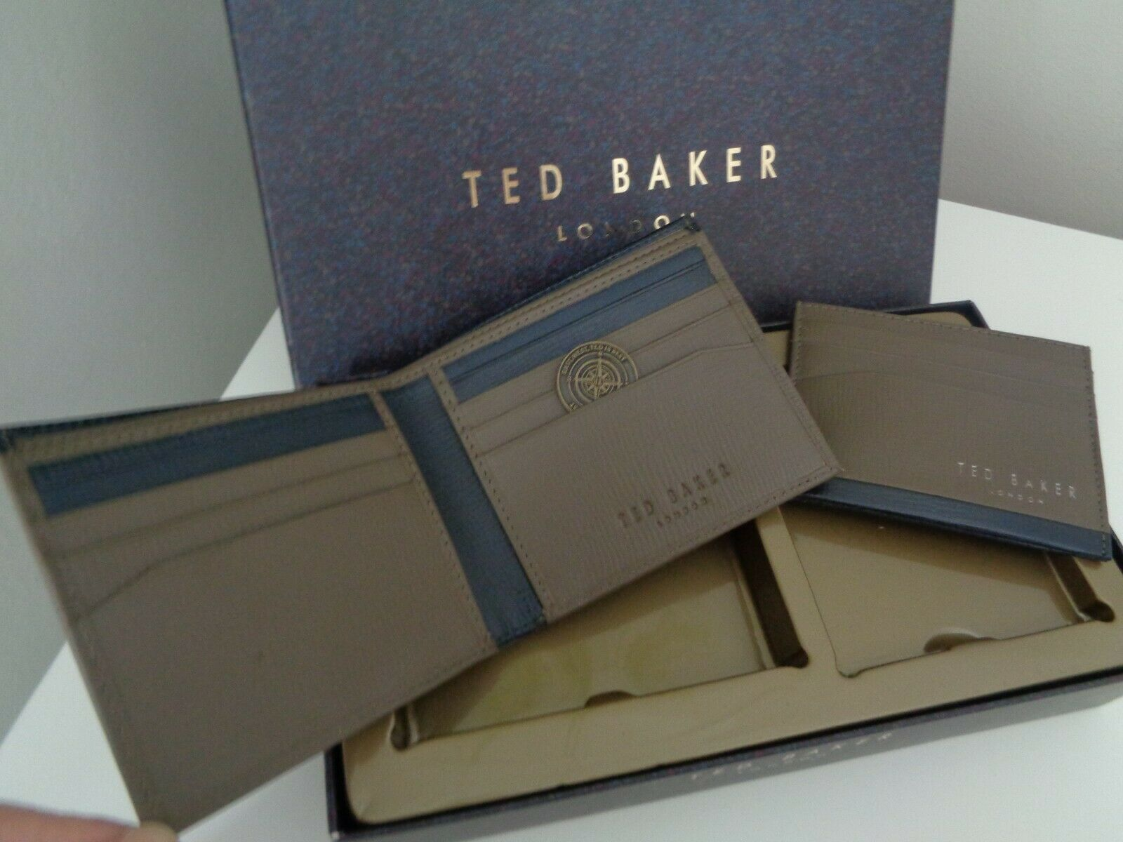 BNWT Ted Baker titular de la tarjeta de cuero marrón Crossy & Cartera Conjunto de Regalo