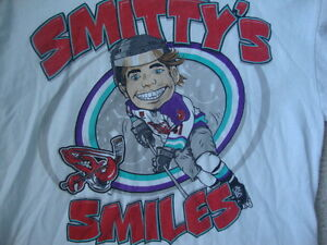 Shreveport-Mudbugs-Brett-Smith-Smitty-039-s-Smiles-Caricature-Hockey-T-Shirt-YOUTH-L