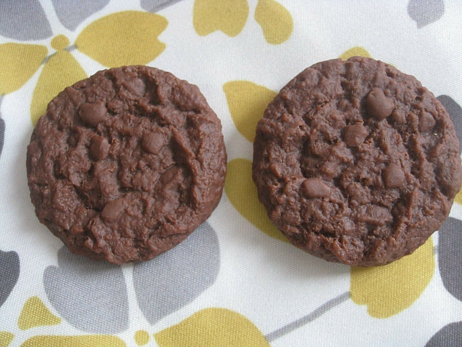 REALISTIC FAKE FAUX FUN FOOD PROP ● 2 DETAILED CHOCOLATE COOKIES 1987 MTC  EXC