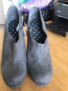 Grey stiletto heeled size 5 shoe boots
