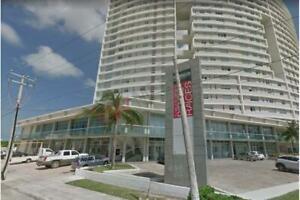 Local en renta en plaza Palmeras de Puerto Cancun  en La mejor zona de Cancun sobre Av Principal .