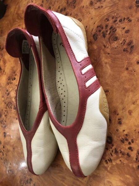 Dinamico Vintage Taglia 5 Eu 38 Us 6.5 Strisce Rosse In Pelle Bianca Adidas Scarpe Basse Mocassini Ballerine