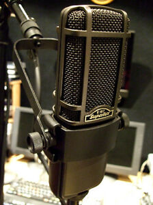 Superlux-R102-Ribbon-microphone-cradle-XLR-lead