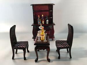 Puppenhaus-Esszimmer-stilvoll-Tisch-2-Stuehle-Komode-mit-Aufsatz-Dekoteile