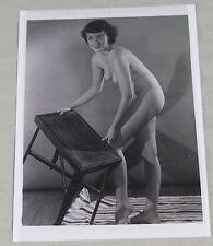 Erotik Akt Vintage Repro Foto -  nackte Frau beim Möbel verrücken (70)   /S138