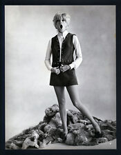 """EARLY SEXY GOLDIE HAWN IN A MINI-SKIRT - OVERSIZE DBLWT IN EXC CON 10""""X13"""" 60's"""