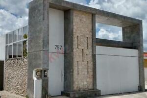 Casa en venta en las Américas con fachada, marquesina y portón eléctrico.