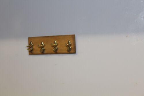 4 Ganchos de abrigo en una placa de pared Casa De Muñecas