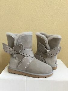 Image is loading UGG-MABEL-LIGHT-GREY-CLASSIC-BAILEY-BOW-SHORT-