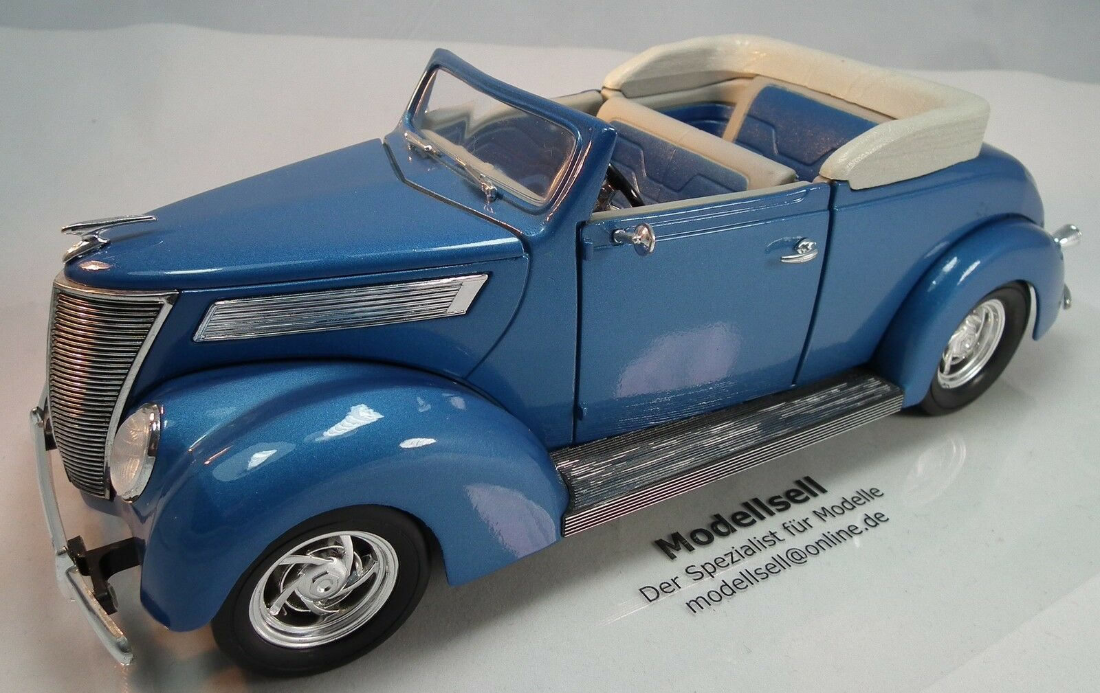 Ford ConGrünible 1937 with top im Maßstab 1 18  Modelauto von Road Legends