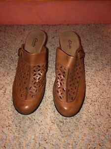 CLARKS-Bendables-Tan-Leather-Clogs-Mules-Heels-Shoes-SIZE-8-M-EUC