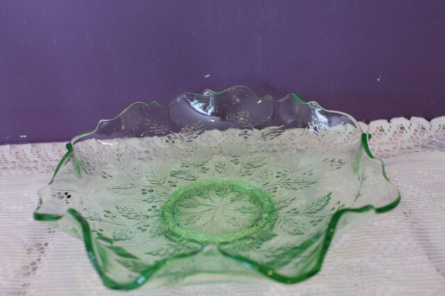 BEAUTIFUL VINTAGE GREEN GLASS RUFFLED FOOTED BOWL WITH ETCHED LEAF PATTERN