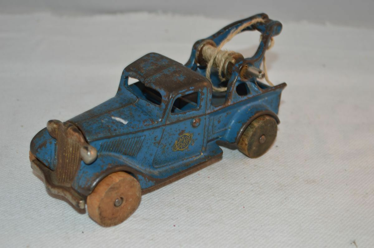 Arcade Toy full iron cast truck in good condition.very old truck