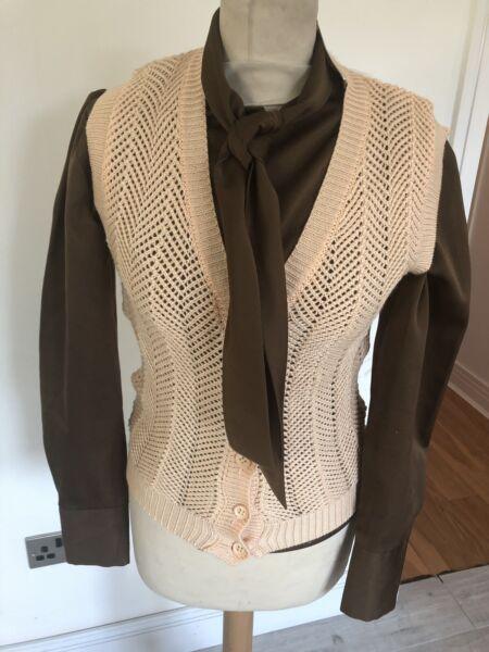Vintage Anni'70 Pallido Arancione Knit Crochet Senza Maniche Cardigan Uk 8 Piccoli Squisita Arte Tradizionale Del Ricamo