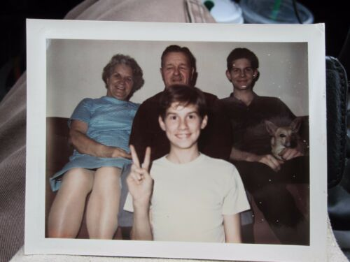 VINTAGE VERNACULAR POLAROID PEACE SIGN THREE GENERATIONS DOG EARLY 70s IL PHOTO
