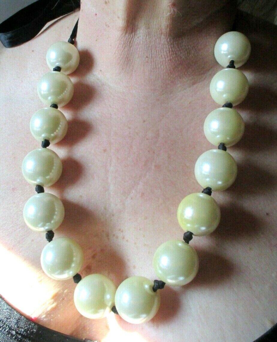 Raro Maravilloso Grande Collar Satén black Grandes Perlas Nacaradas whiteo Joya