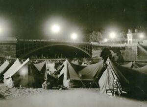 France-Paris-Bridge-Sully-Abbe-Pierre-Homeless-Families-Old-Photo-1955