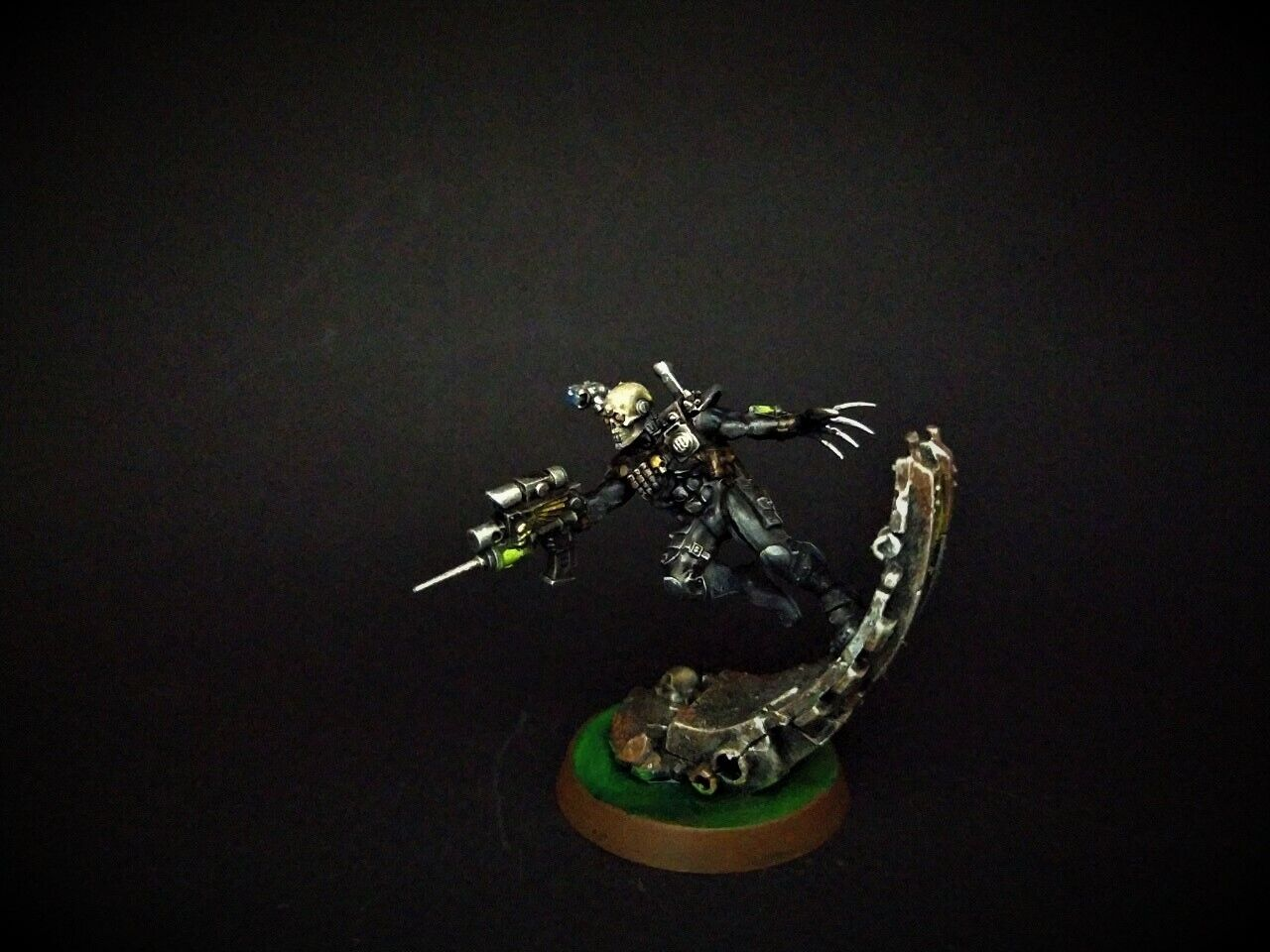 Eversor Assassin Officio  Assassinorum Imperium painted warhammer 40k  coloris étonnants