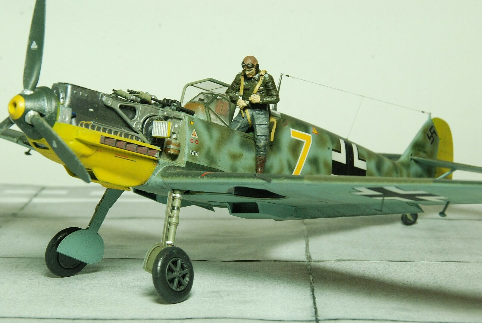 1 32 PROFESSIONALLY BUILT Messerschmitt BF 109E-1 with Pilots&Ground crew