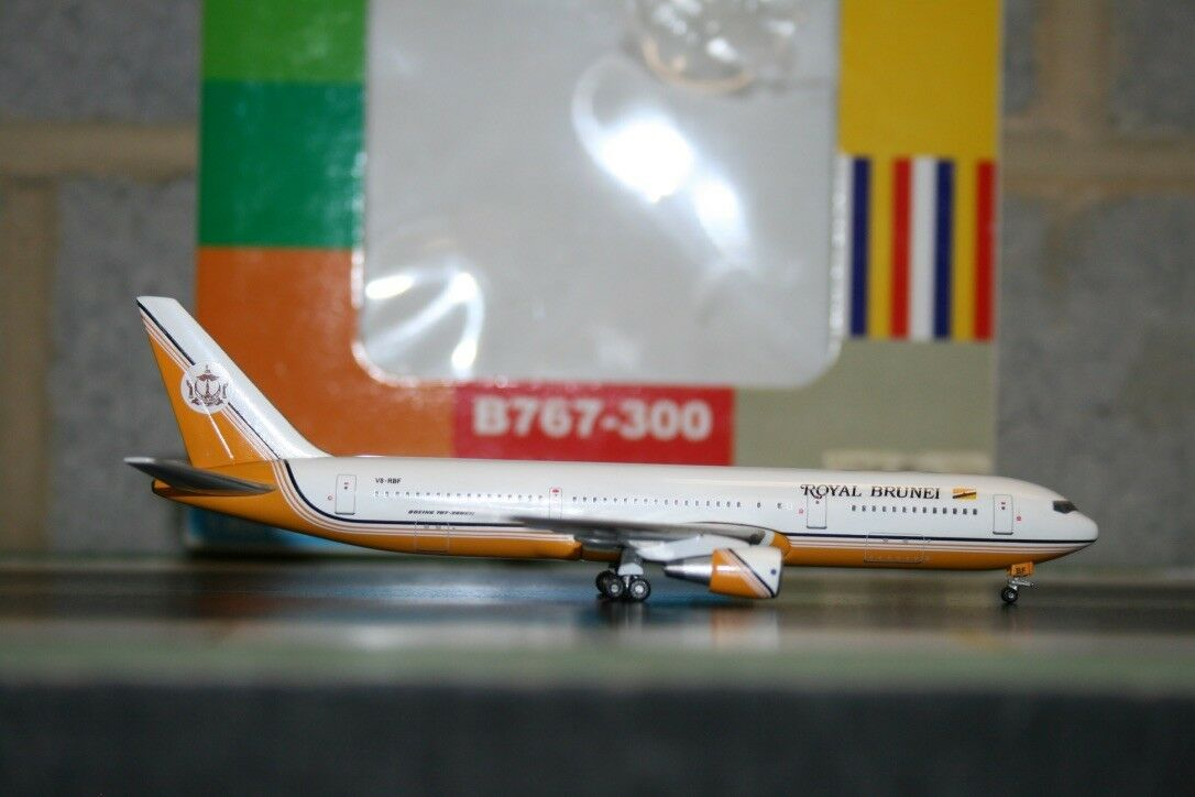 Aeroclassics 1 400 Royal Brunei Boeing 767-300 V8-RBF (AC18117) Model Plane