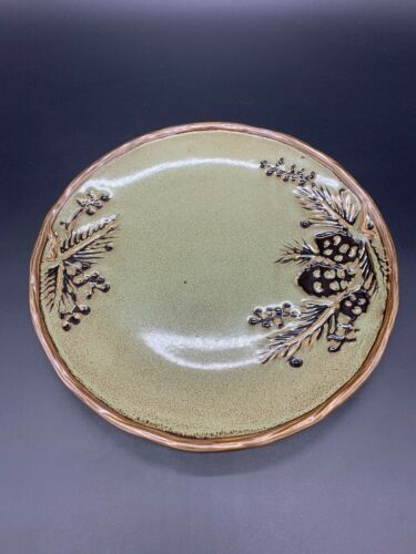 """ONE Northwoods Green Dinner Plate North Pole Trading Co 11/"""" Pine Cones Retreat"""