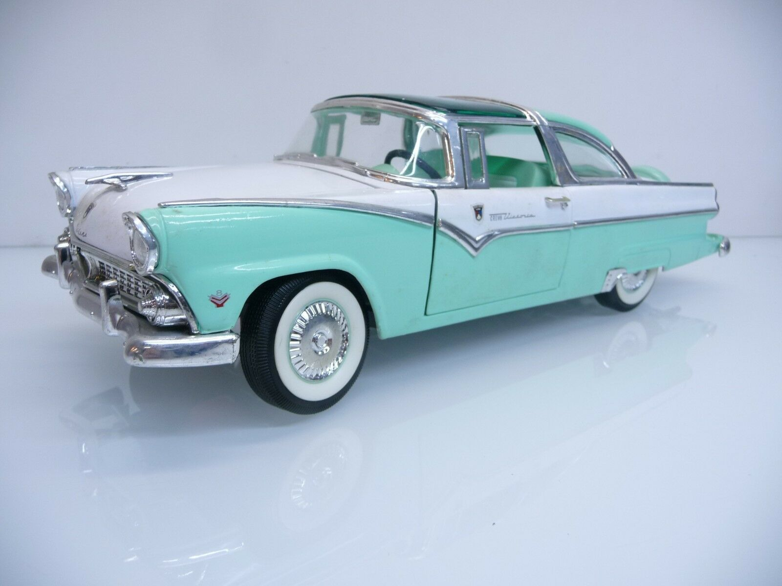 Road Tough 92138 1 18 Ford Fairlane Crown Victoria Baujahr 1955 weiß türkis TOP  | Bestellung willkommen