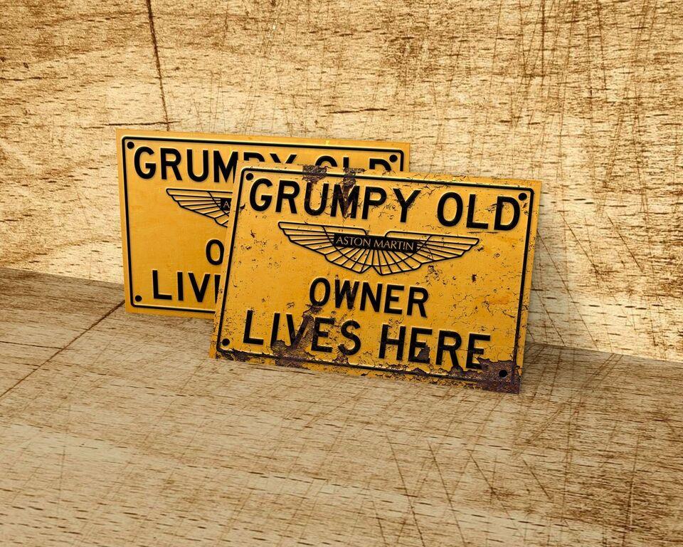 Skilte, Aston Martin old grumpy owner metalsklilte