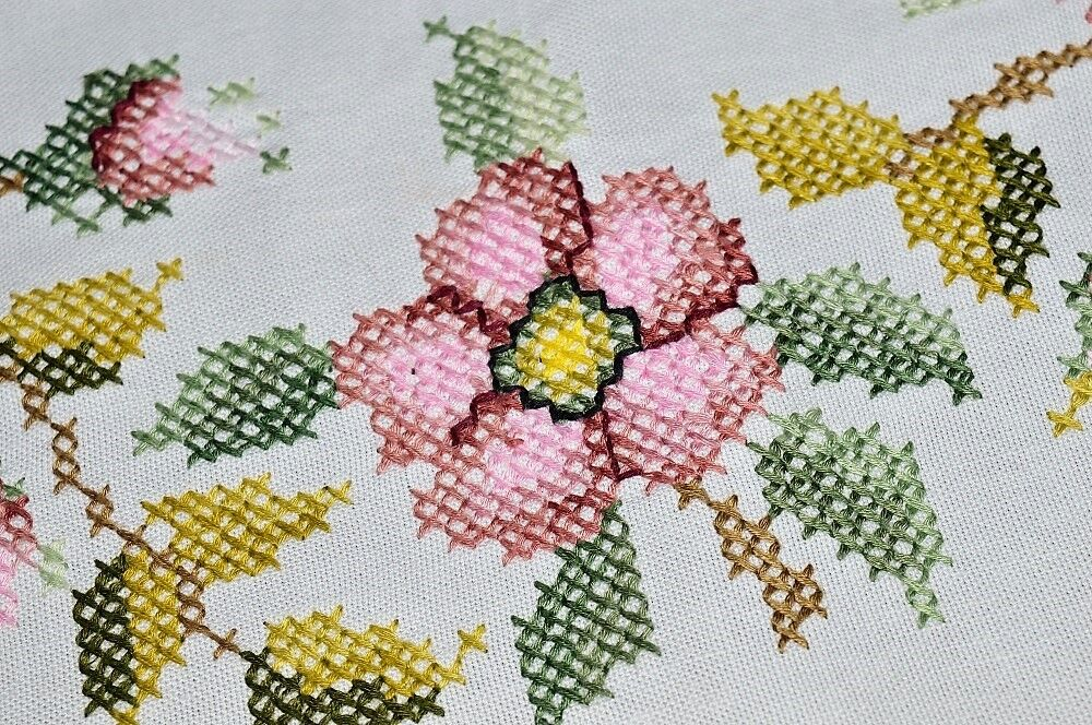PASSIONATE rose BLOOMING WREATH & FLOATING LEAVES  VTG GERMAN SPRING TABLECLOTH