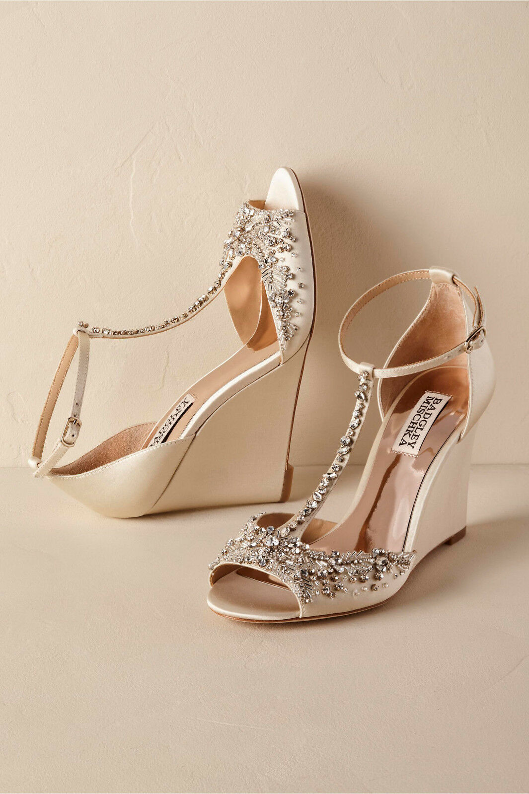 BADGLEY MISCKA 7.5 WEDGE RHINESTONE SATIN SATIN SATIN LEADER IVORY SARA BHLDN SOLD  245  butikshantering