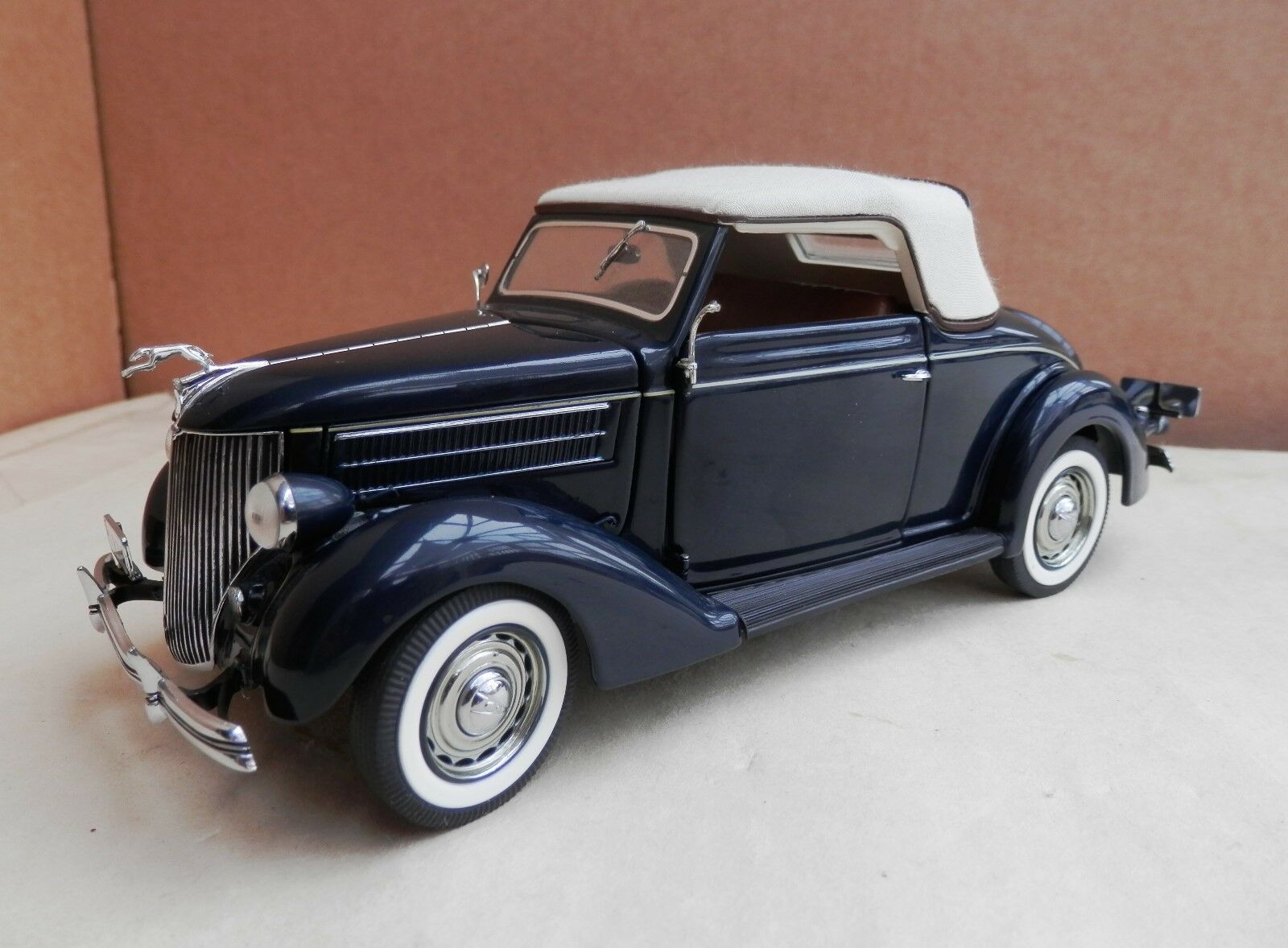 Danbury Mint  -1936 - Ford Deluxe Cabriolet  - Dark blueee - 1 24 scale