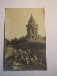 Eisenach - 4 étudiants en couleur assis devant le Garçons tige Monument-photo-sdenkmal - Fotoafficher le titre d`origine