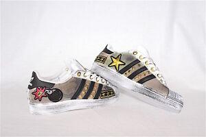 scarpe adidas superstar con borchie colorate e sporcatura