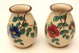 2 Vases en faïence de Saint Clément, fleurs rouge et bleu. - France - 2 Vases en faïence de Saint Clément, fleurs rouge et bleu. - France
