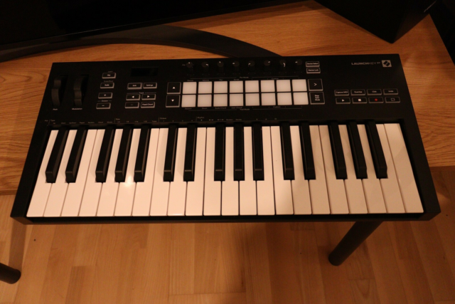 Midi keyboard Novation Launchkey 37 MK3, Selling barely…