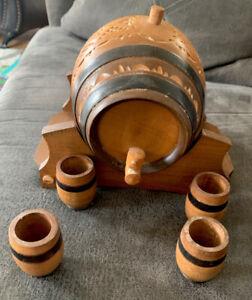 Vintage-Wooden-Keg-Whiskey-Barrel-1-Liter-W-Stand-Funnel-amp-4-Shot-Glasses