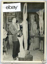 rare photo du peintre et sculpteur  et boxeur  A. Mossaz . sur une oeuvre
