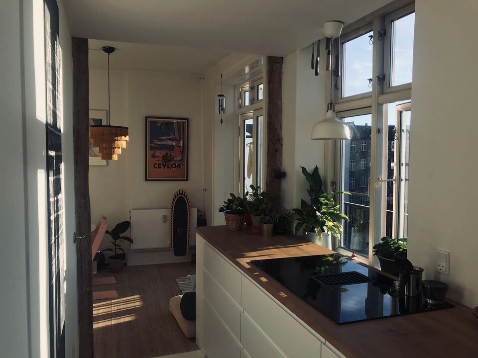 BRIGHT TOP FLOOR APARTMENT BY THE LAKES WITH BA...
