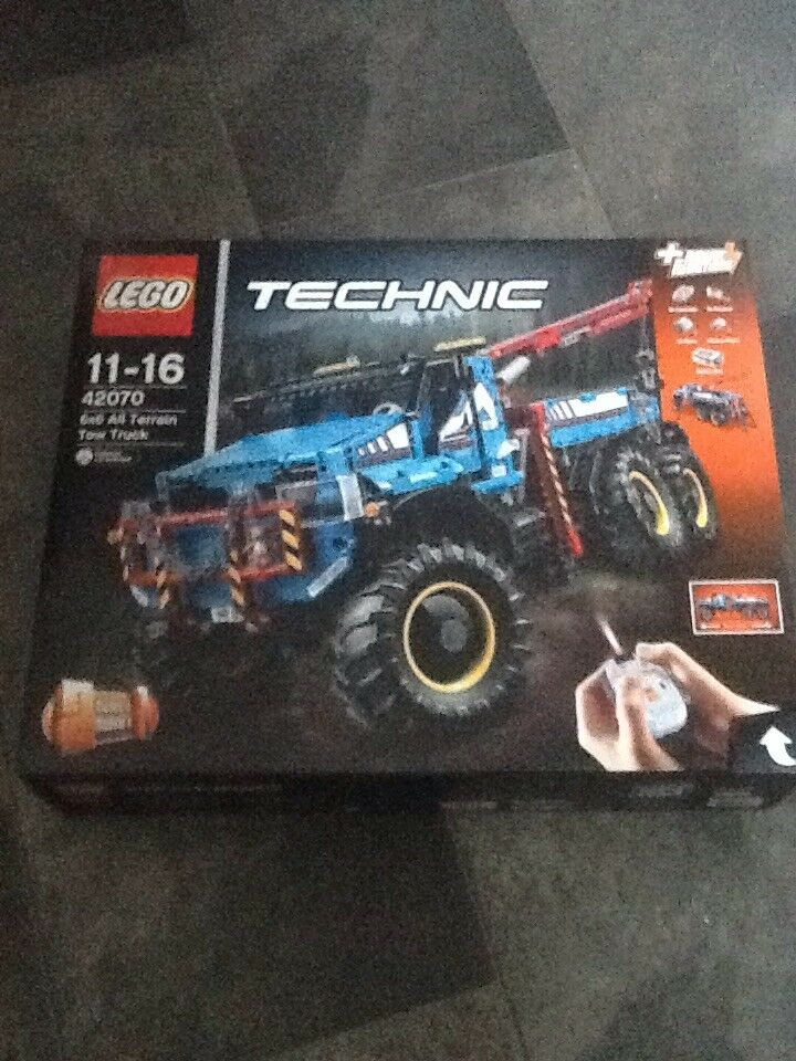 LEGO TECHNIC - 6X6 ALL TERRAIN TOW TRUCK (42070) - BRAND NEW