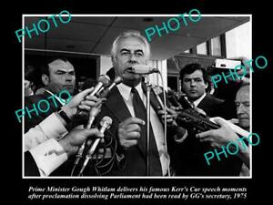 OLD-POSTCARD-SIZE-PHOTO-OF-GOUGH-WHITLAM-GIVING-HIS-039-KERRS-CUR-039-SPEECH-1975